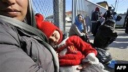 Ilegalni imigranti pušteni iz pritvornog centra čekaju autobus za Atinu, 31. oktobar 2010.