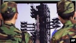 """韩国军队的士兵4月9日在首尔观看关于北韩""""银河3号""""导弹的电视新闻"""
