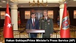 Turski premijer Ahmet Davutoglu i načelnik Generalštaba turskih snaga Hulusi Akar
