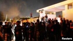 Người biểu tình vui mừng sau khi đánh đuổi nhóm dân quân Hồi giáo Ansar al-Shariah ra khỏi bộ chỉ huy của nhóm này ở Benghazi, Libya, 21/9/2012