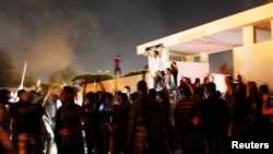 ພວກເດີນຂະບວນປະທ້ວງຊາວລີເບຍ ພາກັນຮ້ອງໂຮດີໃຈ ລຸນຫລັງ ໄດ້ຂັບໄລ່ກຳລັງປະກອບອາວຸດຫົວຮຸນແຮງອິສລາມ Ansar al-Shariah ອອກຈາກ ສໍານັກງານໃຫຍ່ຂອງເຂົາເຈົ້າ ຢູ່ເມືອງ Benghazi ຂອງລີເບຍ.