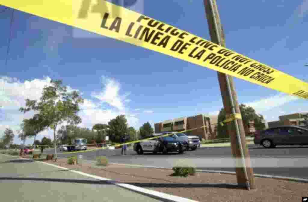 Una cinta policial impide el paso en una intersección detrás de la tienda WalMart en 7101 Gateway Blvd., el sábado 3 de agosto de 2019 en El Paso, TX.