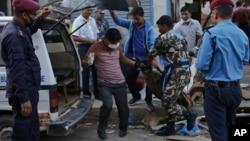 2019年5月26日,尼泊尔加德满都爆炸现场受害者的尸体被移走。