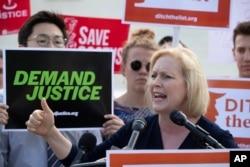 Senatorka Kirsten Gillibrand iz New Yorka sa aktivistima ispred Vrhovnog suda u Washingtonu, 28. juna 2018.