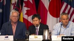 澳大利亚贸易部长罗伯、文莱贸易部长林玉成和加拿大国籍贸易部长法斯特2015年7月31日在夏威夷毛伊岛出席新闻发布会。 (从左至右)