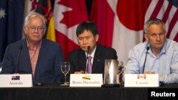 Bộ trưởng Thương mại Úc Andrew Robb (trái), Thư ký thường trực Bộ Thương mại Brunei Lim Jock Hoi (giữa), và Bộ trưởng Thương mại Canada Ed Fast (phải) tham gia vào cuộc đàm phán ở Lahaina, Maui, Hawaii ngày 31/7/2015.