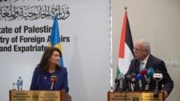 Menlu Swedia Ann Linde (Kiri) dalam konferensi pers bersama Menlu Palestina Riad al-Malki di Ramallah, 19 Oktober 2021.