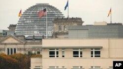 ທຸງຊາດ ສະຫະລັດ ຢູ່ສະຖານທູດ ສະຫະລັດ ປິວສະບັດ ຢູ່ຕໍ່ໜ້າ ຕຶກ Reichstag ຊຶ່ງເປັນ ສະພາແຫ່ງຊາດ ຂອງເຢຍຣະມັນ ໃນນະຄອນຫຼວງເບີລິນ.