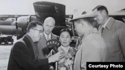 1957년 11월, 미국에 온 노금석 씨의 어머니 고정월 씨(가운데)와 고 씨를 인터뷰하는VOA(미국의 소리) 황재경 아나운서. 오른쪽은 고 씨를 환영하러 나온 델라웨어 주 해리 해스켈 하원의원. (노금석 제공)
