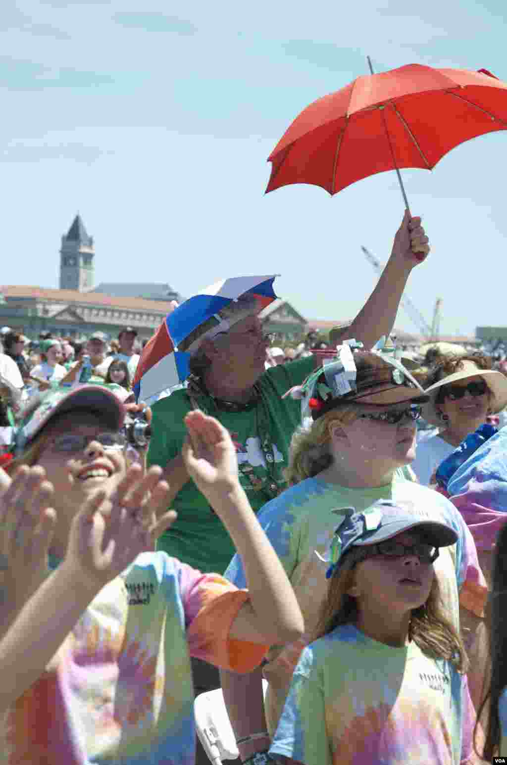 女童军及家人参加百年庆祝活动 美国之音图片/Grace拍摄
