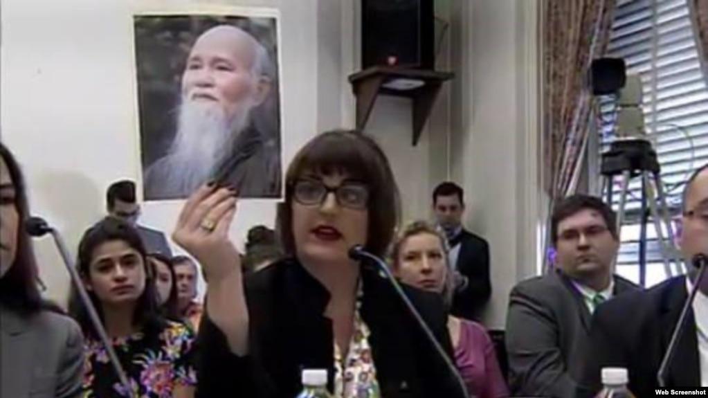 Kristina Arriaga, Phó Chủ tịch UB Tự do Tôn giáo Quốc tế Hoa Kỳ (USCIRF) và chân dung Hòa thượng Thích Quảng Độ trong buổi điều trần trước Uỷ ban Nhân quyền Hạ viện Tom Lantos, ngày 15/2/2018.