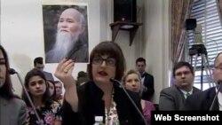 Kristina Arriaga, Phó Chủ tịch UB Tự do Tôn giáo Quốc tế Hoa Kỳ (USCIRF) mang chân dung Hòa thượng Thích Quảng Độ trong buổi điều trần trước Uỷ ban Nhân quyền Hạ viện Tom Lantos, ngày 15/2/2018.