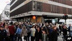 Les Suèdois affluent en masse dans la rue commerçante Drottninggatan, réouverte après l'attentat à Stockholm, Suède, le 9 avril 2017.