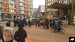 Les forces de sécurité se rassemblent près de l'hôtel attaqué pendant la nuit à Ouagadougou, samedi 16 janvier 2016. (AP Photo/Ludivine Laniepce )