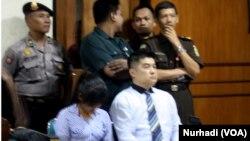 Mary Jane Fiesta Veloso (menunduk, berbaju putih garis-garis biru) didampingi penerjemah barunya, yang bisa berbahasa Tagalog, di Pengadilan Negeri Sleman, Yogyakarta (Foto: VOA/Nurhadi)