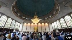 لندن کی ایک مسجد میں لوگ عبادت کر رہے ہیں۔