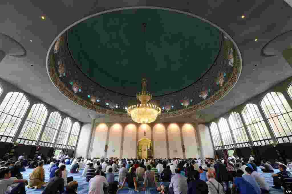 Sholat Idul Fitri di masjid Regent's Park di London, Minggu (19/8).