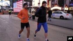 Ricardo Burnia (kiri) dan Simon Capaccioni dari Italia tengah melatih diri untuk persiapan mengikuti lomba marathon di Times Square, New York (2/11). Lomba marathon tahunan yang semula direncanakan akan digelar hari Minggu, dibatalkan oleh walikota Bloomberg, setelah mendapat tekanan warga korban badai Sandy, yang memprotes keputusan walikota sebelumnya untuk terus menggelar acara ini.