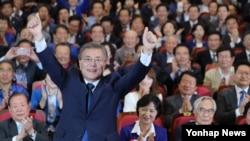한국의 문재인 더불어민주당 대통령 후보가 9일 서울 여의도 국회의원회관 대회의실에 마련된 당 개표상황실을 방문, 두 손을 들어 인사하고 있다.