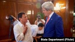 Presiden Filipina Rodrigo Duterte berbincang dengan Menlu AS John Kerry sebelum rapat makan siang di Manila, Filipina Rabu (27/7).