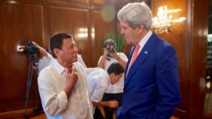 Philippines President Rodrigo Duterte chats with U.S. Secretary of State John Kerry on July 27, 2016, in the Malacañang Palace in Manila, Philippines, before the two held a working lunch.