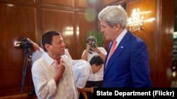 جان کیری (دائیں) فلپائن کے صدر روڈریگو ڈیوٹرٹے (بائیں) (فائل فوٹو)