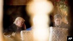 TT đắc cử Trump và chiến lược gia chính Bannon tại Mar-a-Lago, Florida., 21/12/2016 (ảnh tư liệu)