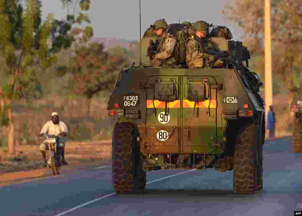 """2013年1月15日,法國陸軍士兵站在裝甲車上。他們正在離開馬里首都巴馬科,向馬里北部進發。這是""""藪貓行動""""的一部分。"""