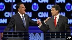 Débat houleux mardi soir entre l'ancien gouverneur du Massachusetts, Mitt Romney (à g.), et le gouverneur du Texas, Rick Perry (à dr.).