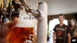 Una jarra de cerveza y buena compañía, es lo que hace famosos a los pubs británicos como un lugar para escapar del mundo.