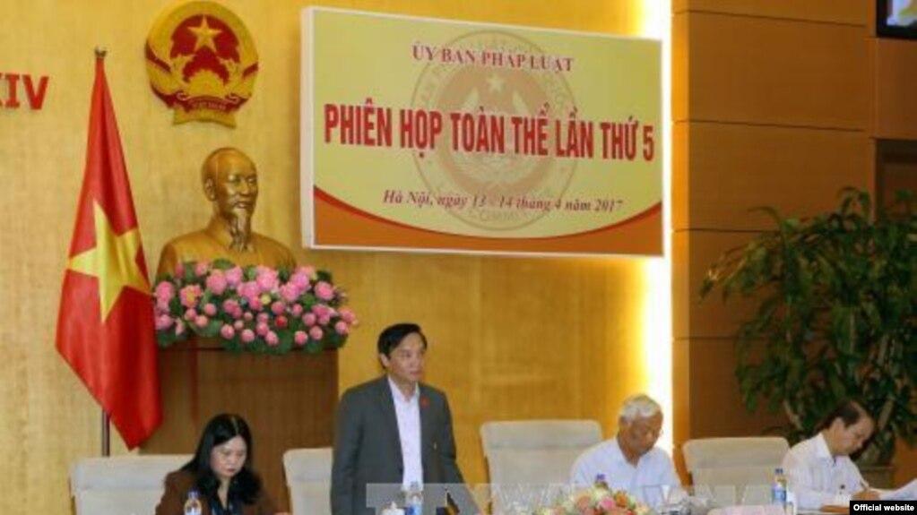 Ông Nguyễn Khắc Định đang phát biểu tại phiên họp toàn thể của UB Pháp luật Quốc hội, ngày 13/4/2017 (Ảnh chụp từ Baotintuc.vn)