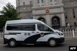 一輛押送任志強的警車駛離北京第二中級人民法院。 (2020年9月11日)