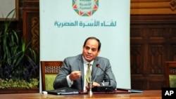 지난 13일 압델 파타 엘시시 이집트 대통령이 TV 생방송에 출연해 최근 사우디아라비아에 티란 섬과 사나피르 섬을 내주기로 합의한 내용을 설명하고 있다.