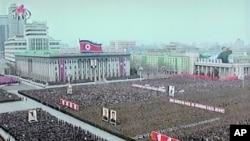 Ảnh của đài truyền hình nhà nước Bắc Triều Tiên cho thấy binh sĩ và thường dân tại quảng trưởng Kim Il Sung ở Binh Nhưỡng hôm 20/4/12