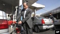 Warga Iran mengisi bensin di sebuah SPBU di Teheran (foto: dok). Parlemen Iran menunda pemotongan subsidi BBM hingga Maret 2013.