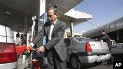 Warga Iran mengisi bensin di sebuah SPBU di Teheran. (Foto: Dok)