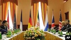 ຫົວໜ້ານະໂຍບາຍຕ່າງປະເທດຂອງ EU ທ່ານນາງ Catherine Ashton, ຊ້າຍ, ກັບຫົວໜ້າເຈລະຈານິວເຄລຍ ຂອງອິຣ່ານ ທ່ານ Saeed Jalili, ຂວາ, ພົບປະເຈລະຈາກັນຢູ່ກຸງ Moscow, ວັນທີ 16 ມີຖຸນາ 2012. (AP Photo/Kirill Kudryavtsev, pool)