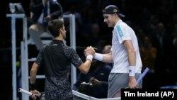 """Pozdrav na mreži Đokovića i Iznera u """"O2 areni"""" u Londonu (Foto: AP/Tim Ireland)"""