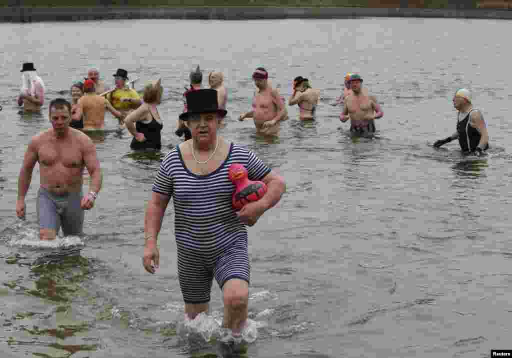 Члены берлинского клуба моржей во время традиционных новогодних купаний