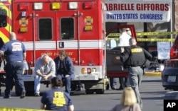 Petugas darurat di lokasi penembakan di mana mantan anggota Kongres Gabrielle Giffords, dan lainnya ditembak di luar supermarket Safeway di Tucson, Arizona, 8 Januari 2011.