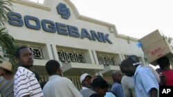 Handful of banks reopen in Port-au-Prince, Haiti, 23Jan 2010