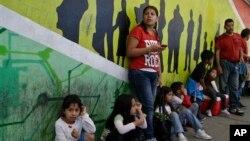 桑德拉•拉米雷兹和她四个孩子站在进入美国的走道上(2014年3月10日)