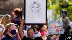 Britney Spears supporters demonstrate outside a hearing concerning the pop singer's conservatorship at the Stanley Mosk Courthouse, Wednesday, Sept. 29, 2021, in Los Angeles. (AP Photo/Chris Pizzello)
