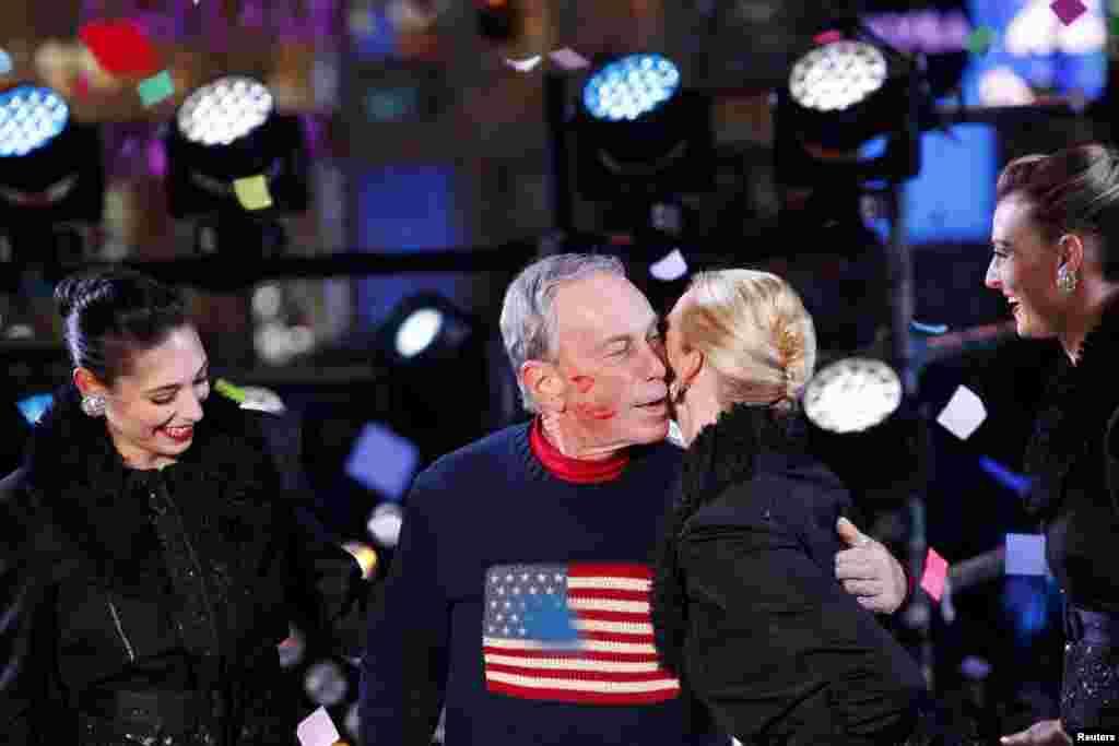 Мэр Нью-Йорка Майкл Блумберг получил поцелуй от участницы группы Rockettes во время встречи Нового года на площади Таймс-сквер