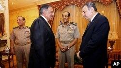 美國國防部長萊昂.帕內塔(左)在開羅和埃及軍事委員會主席侯賽因.坦塔維元帥(右二)會面﹐敦促埃及解除緊急狀態法