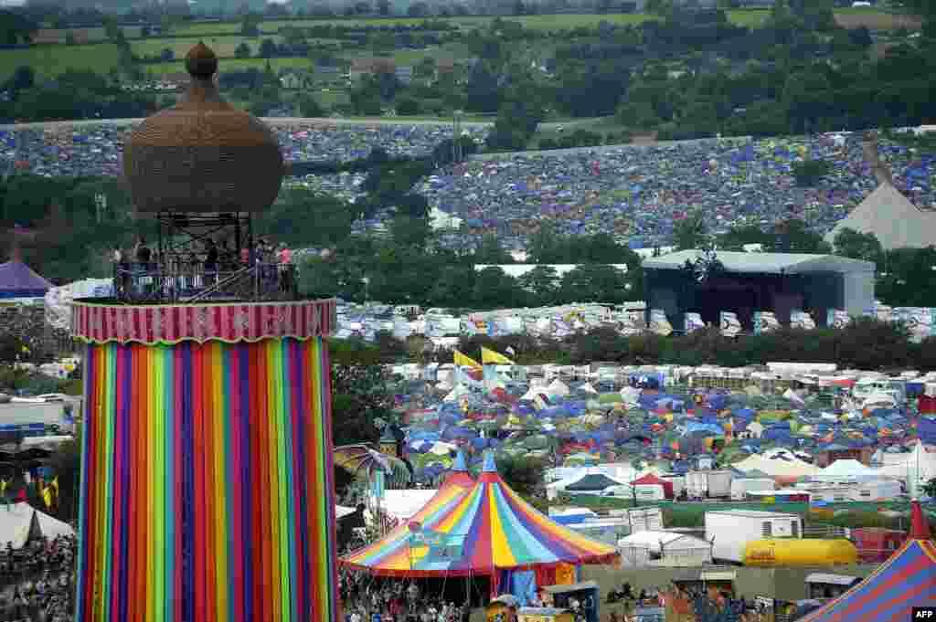 នេះជាទិដ្ឋភាពនៃអគារ Ribbon Tower តង់ និងអ្នកដំណើរកម្សាន្ត នៅថ្ងៃទី២ នៃពិធី Glastonbury Festival of Music and Performing Arts នៅលើកសិដ្ឋាន Worthy Farm នៅក្បែរភូមិ Pilton នៅក្នុងតំបន់ Somerset ប្រទេសអង់គ្លេស កាលពីថ្ងៃទី២២ ខែមិថុនា ឆ្នាំ២០១៦។