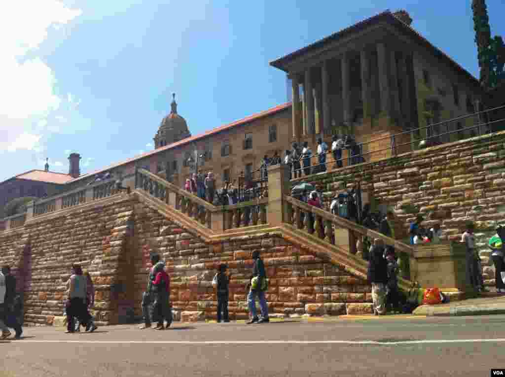 Peronas salen para ver pasar el cortejo fúnebre de Nelson Mandela en Pretoria rumbo a su capilla ardiente.