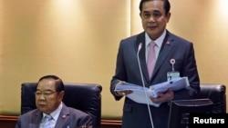 Perdana Menteri Thailand Prayuth Chan-ocha (kanan) membacakan kebijakan pemerintah, didampingi Wakil Perdana Menteri dan Menteri Pertahanan Prawit Wongsuwan di Parlemen di Bangkok, September 2014.