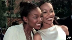 Brandy, left, with Monica at the Grammys (1999 file photo)