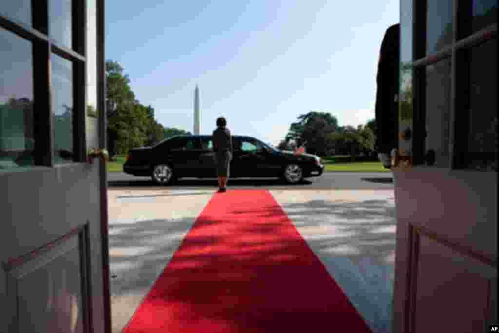 白宫官员在白宫南门迎接埃及总统穆巴拉克(9月1日)